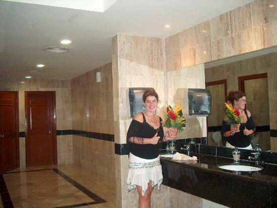 Grand Bahia Principe Coba: Salle de toilette publique impeccable