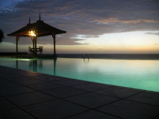Saman Villas: Pool at night