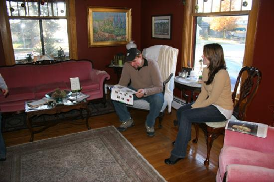 Korner Kottage Bed & Breakfast: Guests John and Nicole lounge in the tastefully decorated living room.