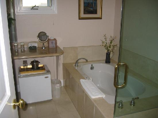 Landis Shores - An Oceanfront Bed and Breakfast Inn: champagne room bathroom
