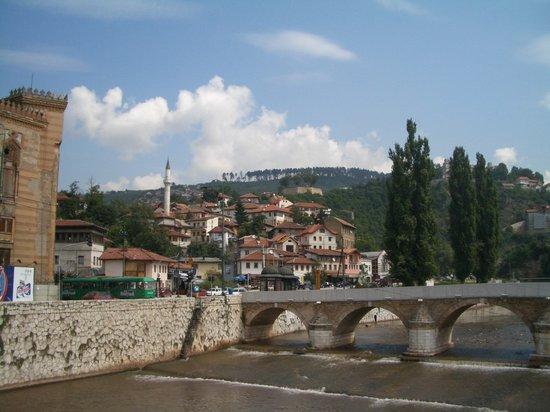 سراييفو, البوسنة والهرسك: rio Bosna al paso por Sarajevo