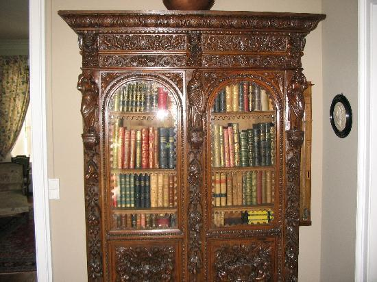 Chateau du Foulon: Bookcase