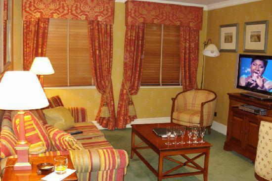 Parkes Hotel: Suite lounge area