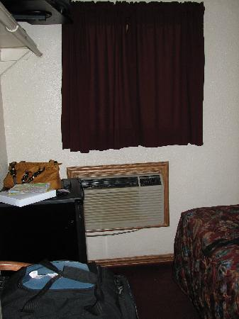 Nite Inn at Universal City: Window looking onto ally, air conditioner w/o knob
