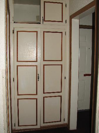 Nite Inn at Universal City: Broken closet door