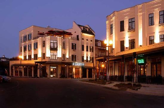 River Inn of Harbor Town: pictutre of hotel at night time