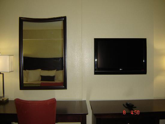 Jameson Suites Augusta: big tv plasma in the room