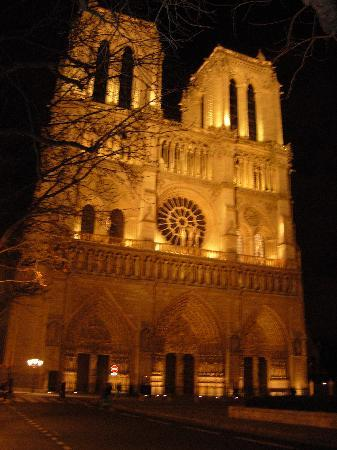 Hospitel-Hotel Dieu Paris: View from hotel entrance at night