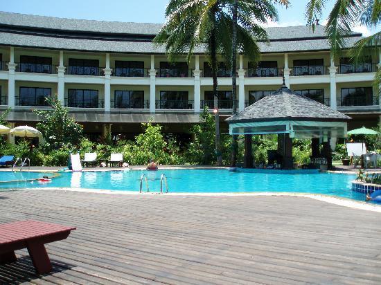 Khaolak Orchid Beach Resort: pool with swim up bar