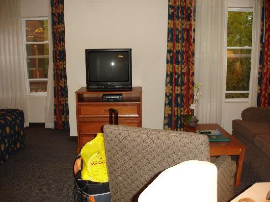 Hyatt House Herndon: living room with TV