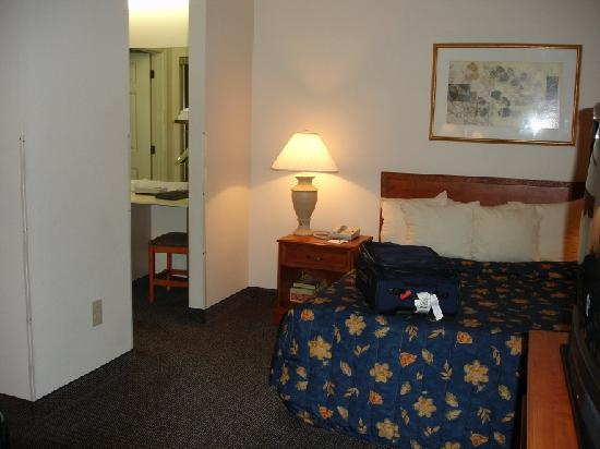 Hyatt House Herndon: bed and bathroom