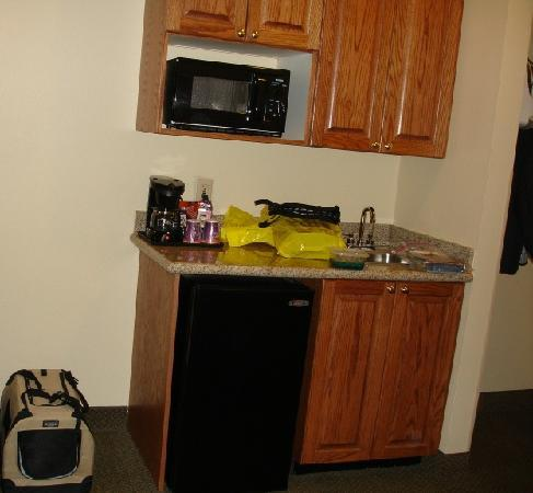 Wet bar area - Picture of Holiday Inn Express Claypool Hill ...