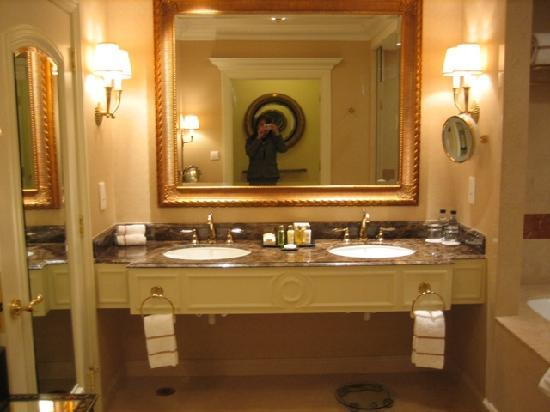 Standard room nice size bathtub picture of the venetian for Venetian hotel bathroom photos