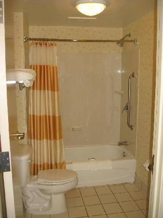 SpringHill Suites Pittsburgh Monroeville: SpringHill Suites Monroeville shower