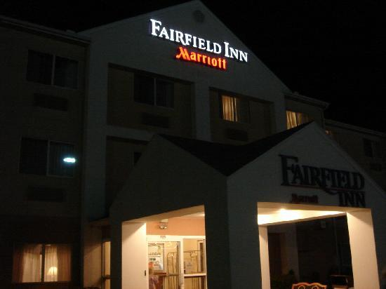 Fairfield Inn Zanesville: Front of Hotel at Night
