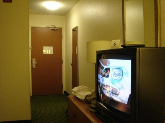 Fairfield Inn Zanesville: TV and Entrance