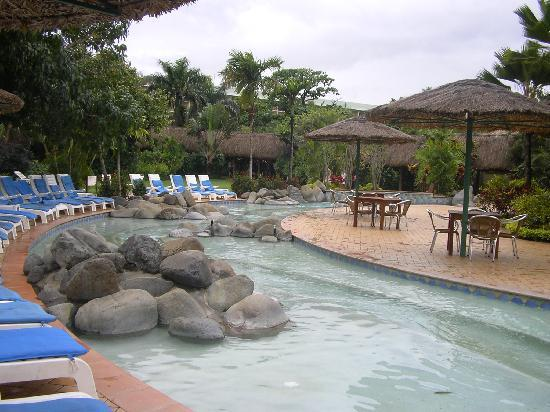 Outrigger Fiji Beach Resort: pool by outside restaurant
