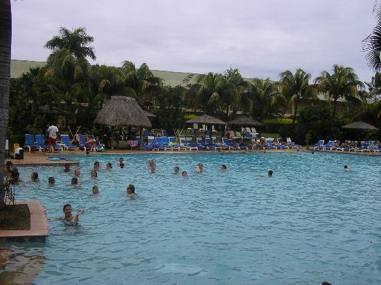 Outrigger Fiji Beach Resort : outrigger pool