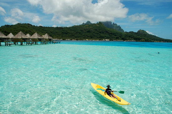 Bora Bora, Fransk Polynesia: Kayaking outside our OWB