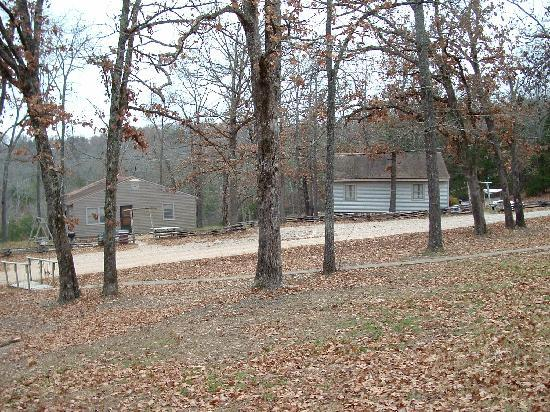 เมาน์เทนโฮม, อาร์คันซอ: The grounds and a couple of cabins at Rocking Chair Resort, Mtn. Home, Ark.