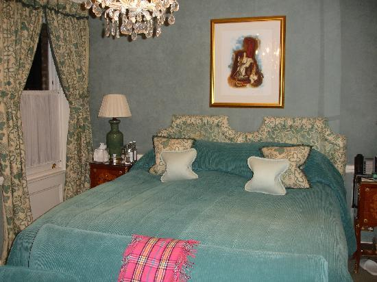 Egerton House Hotel: Room 15, they made the bed into twins for my sister and me