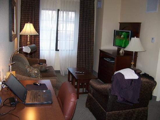 Staybridge Suites Kalamazoo: Living Room