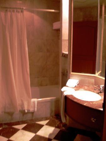 The Emerald Hotel: bathroom