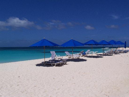 Anguilla: Parasols sur la plage