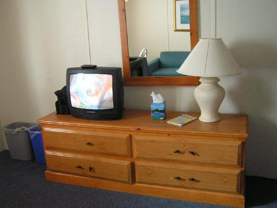 Sandy Cove Inn : TV in Kitchenette/Dining Area