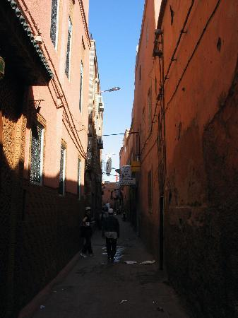 Riad Hotel Assia: Assia' street - narrow and dark, but all the streets in the souks look like this
