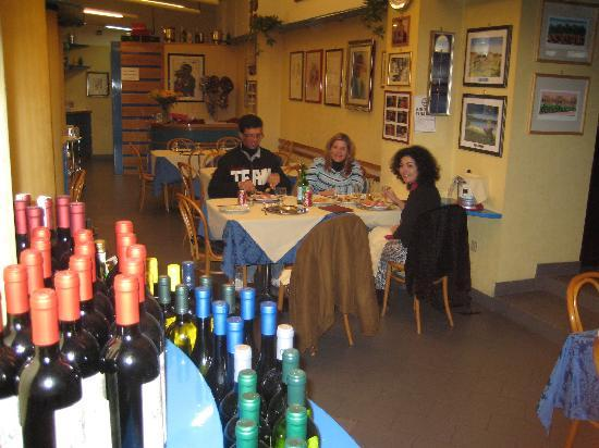 Adria Hotel Bari: Restaurant around the corner