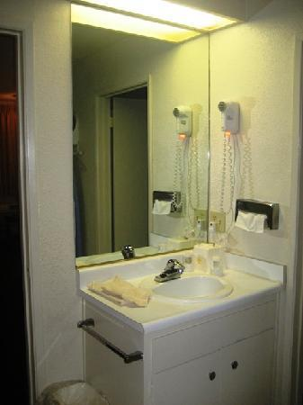 Best Western Heritage Inn: Sink area