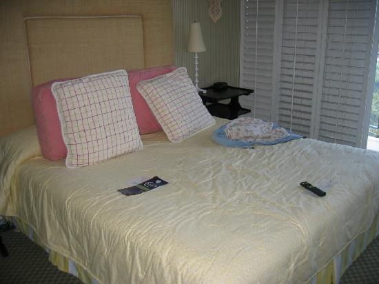 Hotel La Jolla, Curio Collection by Hilton: The Bed...The pillows are too thin request more