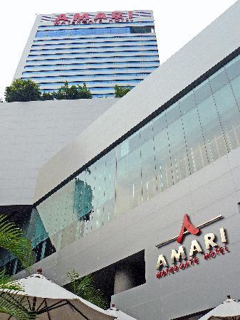 Amari Watergate Bangkok: Mirando Amari desde la panadería de fuera