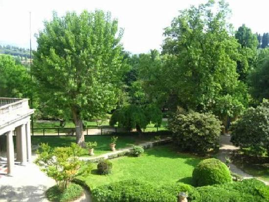 Villa Camerata Youth Hostel: Beautiful view of the garden from the room