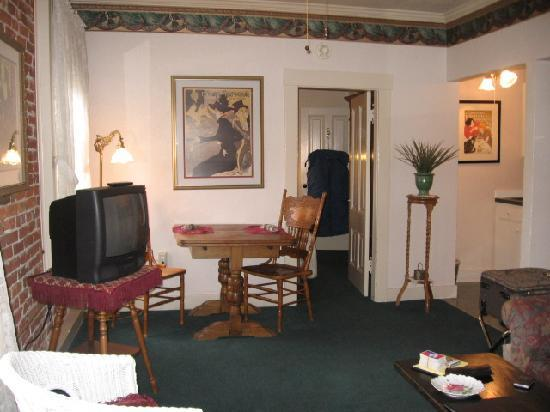 Bishop Victorian Hotel: Living room