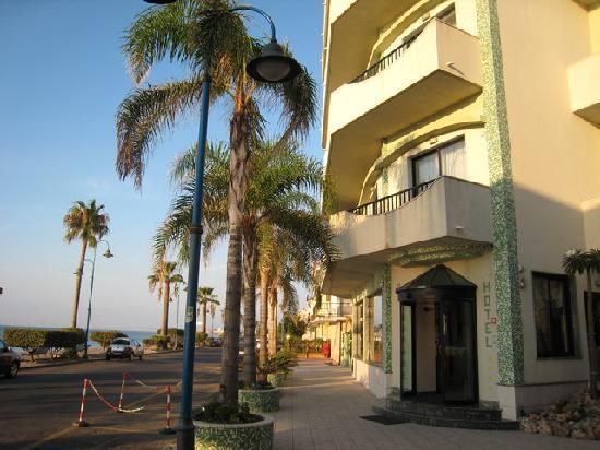 Hotel Miramare: Rue au bord de mer devant l'hôtel