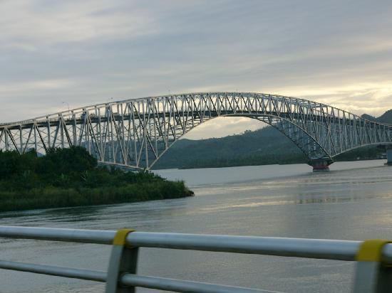 Samar Island, Filippinerne: bridging between Samar and Leyte San Juanico Bridge