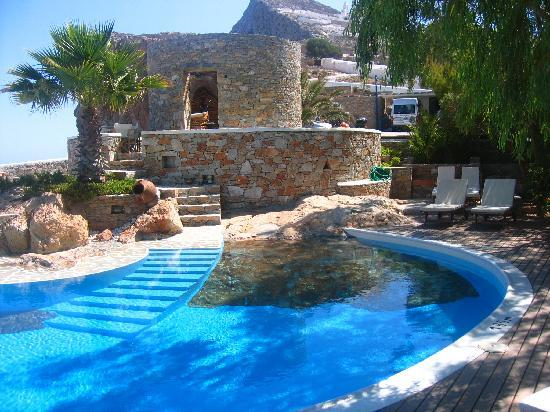 Very cool pool built right into the island 39 s rock foto for Built in swimming pools