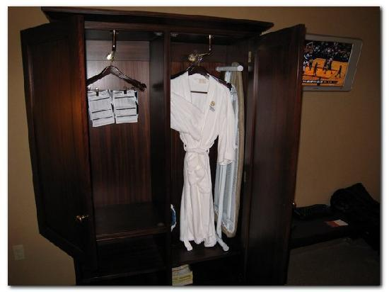 Sheraton Midwest City Hotel: One single wardrobe for all your clothes