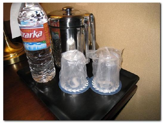Sheraton Midwest City Hotel: Motel 6 plastic drinking glasses