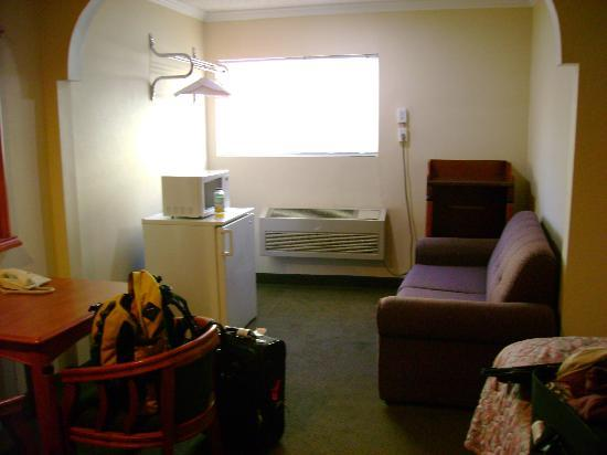 Bevonshire Lodge Motel: sitting area with mini-fridge and microwave