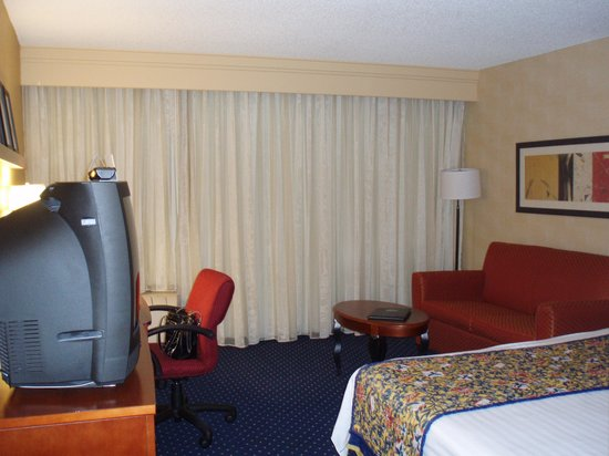 Courtyard by Marriott San Jose Cupertino:                   Desk and sofa area