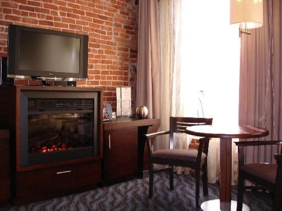 Hotel Nelligan: Seating area & fireplace in our room