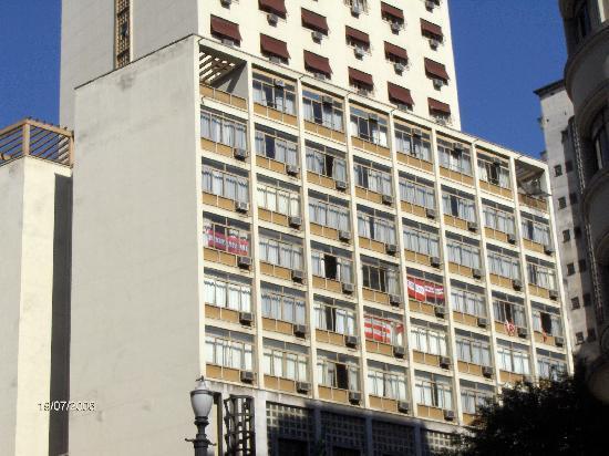 Hotel Excelsior Sao Paulo : Frente del hotel, con banderas de Estudiantes