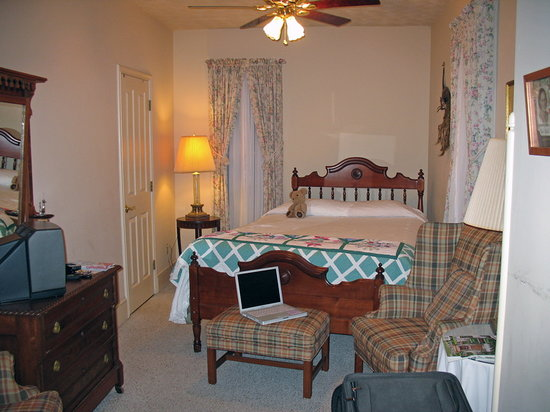 Black Squirrel Inn: My room during my stay. The private bath is through the door to the left.