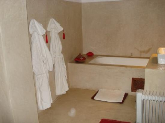 Riad Tizwa: Our bathroom