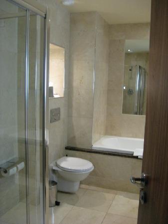 Westport Plaza Hotel: The sumptous marble bathroom