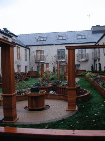 Westport Plaza Hotel: Rooftop garden, nice in December but very charming in summer I am sure. My room had a patio.