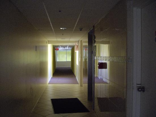 Montego Bay : 5th floor Hallway towards pool (slow elevator on right)